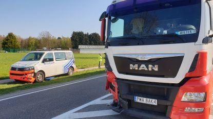 Politievoertuig betrokken bij ongeval met vrachtwagen