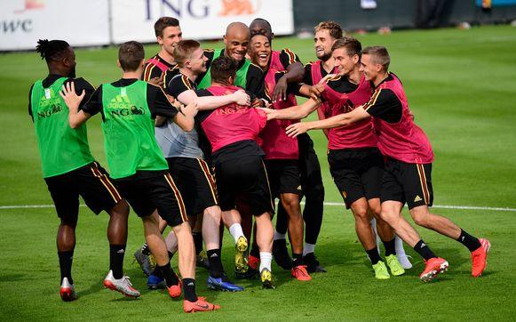 Kompany in het middelpunt van de belangstelling op de (lichte) training. Dat zal bij Anderlecht niet anders zijn.