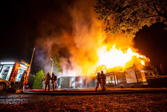 Uit het rieten dak van het restaurant in Oene kwamen metershoge vlammen.