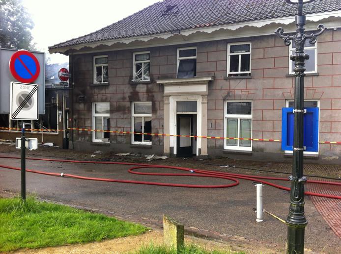 Het café is door de brand verwoest. Ook de appartementen erboven hebben veel schade opgelopen.