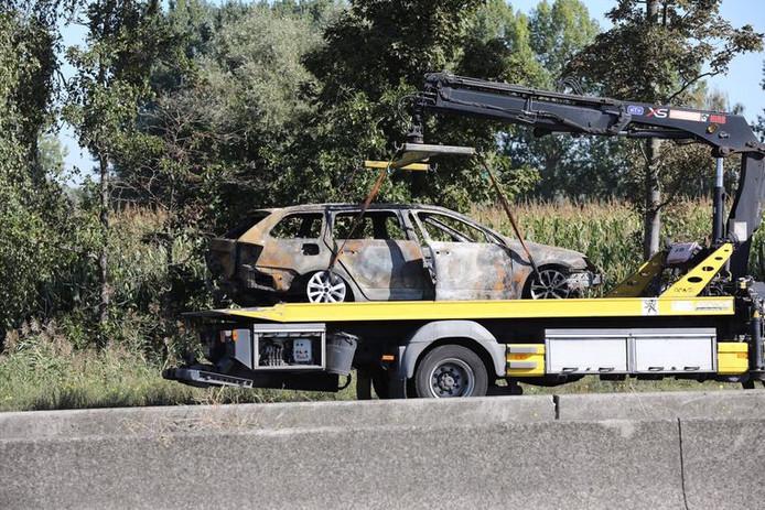 Une voiture a été complètement brûlée.