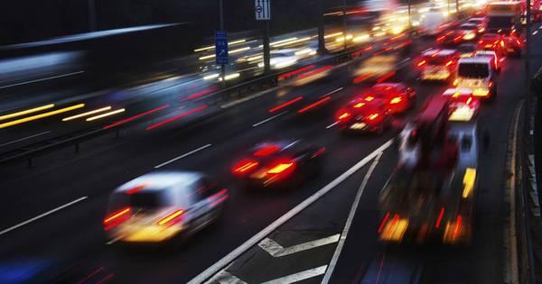 Ruim uur vertraging na ongeluk op A28 bij Nunspeet: 'Rijd om via Apeldoorn'.