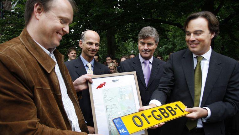 Toenmalig minister Eurlings (r) hier op archiefbeeld waar hij het eerste nieuwe nummerbord uitreikte met de combinatie 2 cijfers - 3 letters - 1 cijfer. (19-05-2008) Beeld anp