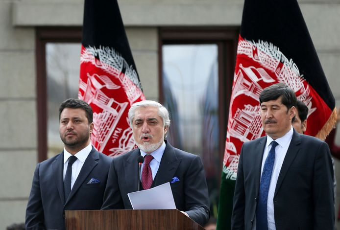 Kabinetschef Abdullah Abdullah (m) met zijn eerste vervanger Babur Farahmand (l) en tweede vervanger Asadullah Sahadati (r) tijdens hun inauguratie.