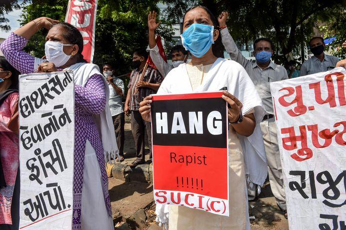 """Manifestation après les deux meurtres perpétrés en Inde (""""Pendez les violeurs!"""")"""