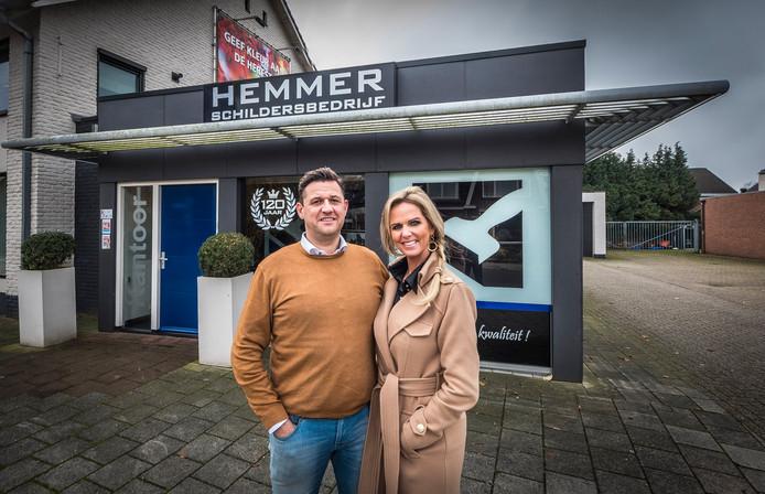 Het echtpaar Hemmer  bij het kantoor aan de Dorpsstraat.
