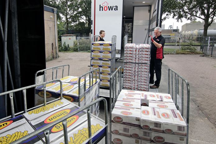 Groothandel Howa aan de IJsselstraat heeft het druk; hier wordt een vrachtwagen geladen met snacks.