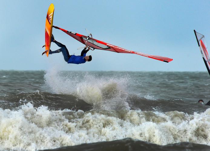 Het autostrand tussen Domburg en Westkapelle is een populaire stek voor windsurfers.