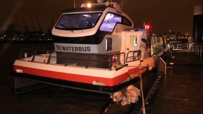 Waterbus botst door guur weer op aanlegsteiger: zestien gewonden afgevoerd