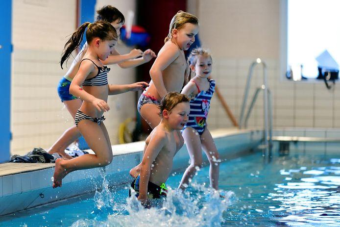 Heerlijk, die eerste duik in het water, na zo'n lange tijd! Zwembad De Oester in Fijnaart ontving deze maandagmiddag weer de eerste zwemmertjes.