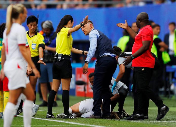 Phil Neville ergerde zich aan het gedrag van de speelsters van Kameroen.