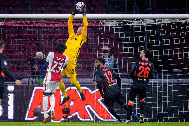 Keeper Adrián van Liverpool plukt een voorzet uit de lucht. Beeld BSR Agency
