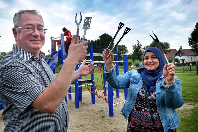 Ton Damen en Hayat al Sheikh Hamo houden de barbecue in de speeltuin van Hank.