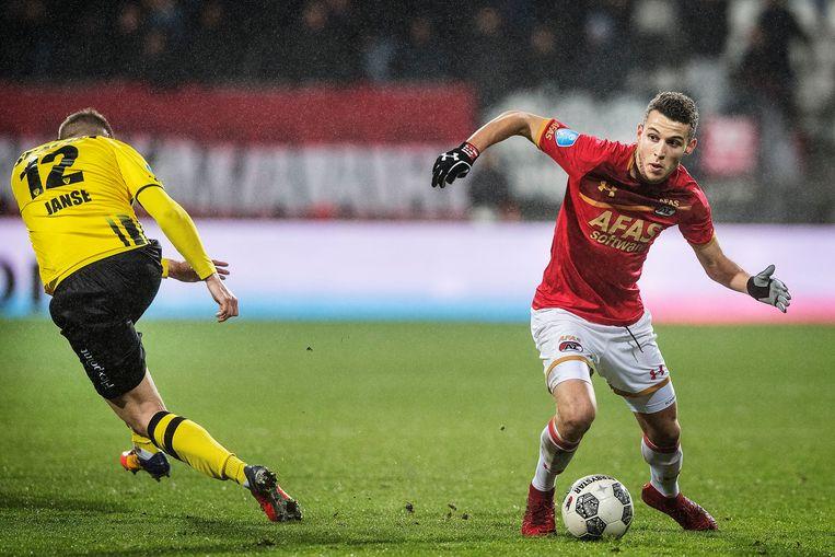 AZ - VVV Oussama Idrissi stuurt VVV-verdediger Jens Janse het bos in, 10 februari 2018. Beeld Guus Dubbelman / de Volkskrant