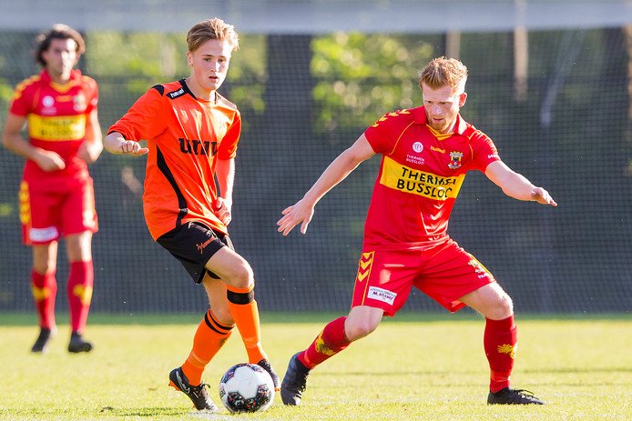 Voorwaarts speler Daan Stormink (L) duelleert met GA Eagles player Richard van der Venne (r)