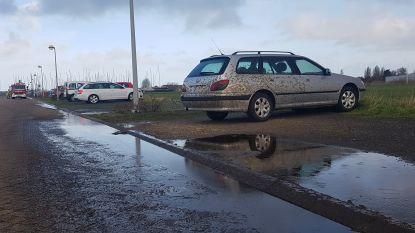 Tractor verliest vloeibare mest aan de jachthaven: straat en auto bedekt met smurrie