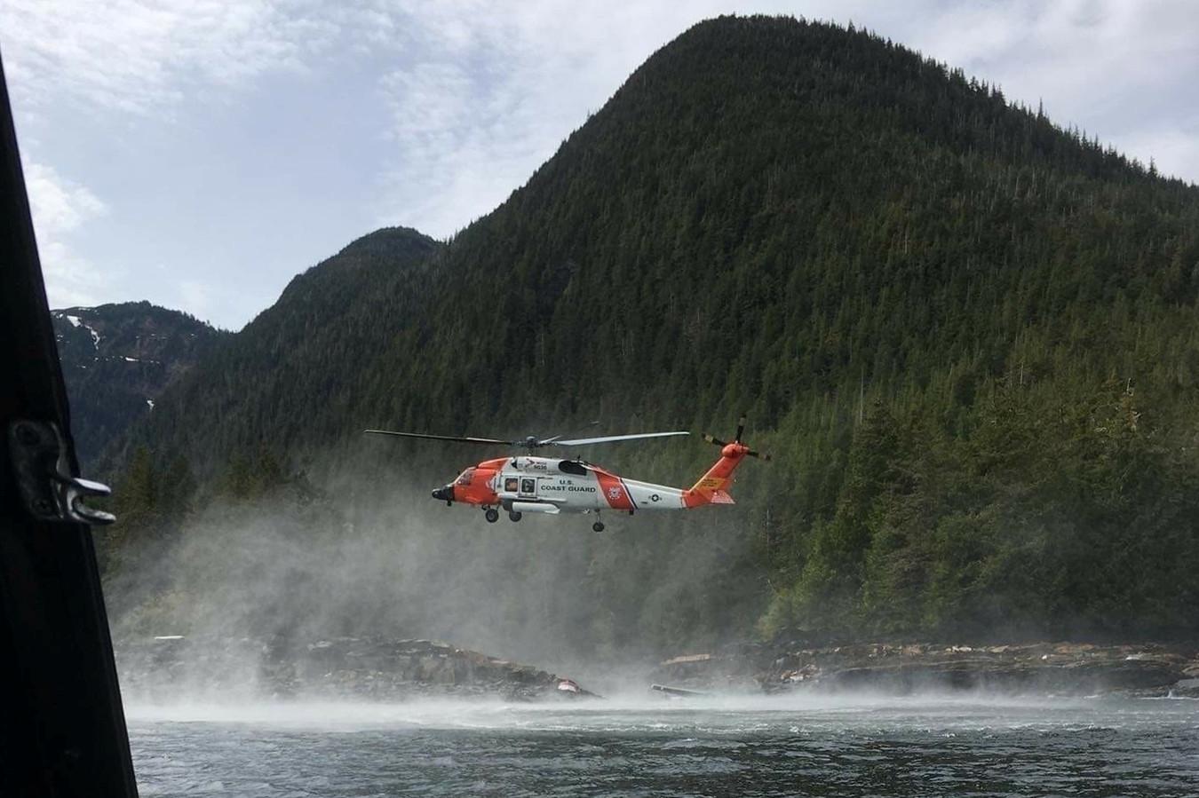 Een helikopter van de kustwacht zoekt naar overlevenden van de crash eerder deze maand.