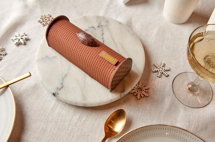 """Cette année, la toute nouvelle """"Bûche Irrésistible"""" est inspirée des pralines Irrésistibles. Au cœur, une couche croquante de gianduja et de brésilienne, une garniture de crème framboise et vanille, et un biscuit tendre parfumé au sirop de griottes. Une ganache de chocolat noir et une couche veloutée de gianduja subliment le tout. Prix: 32 euros. Disponible à partir du 2 Décembre dans toutes les boutiques Neuhaus."""