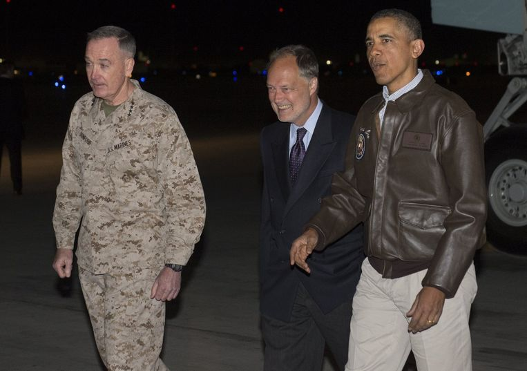 Obama met de Amerikaanse ambassadeur en een generaal van het leger.