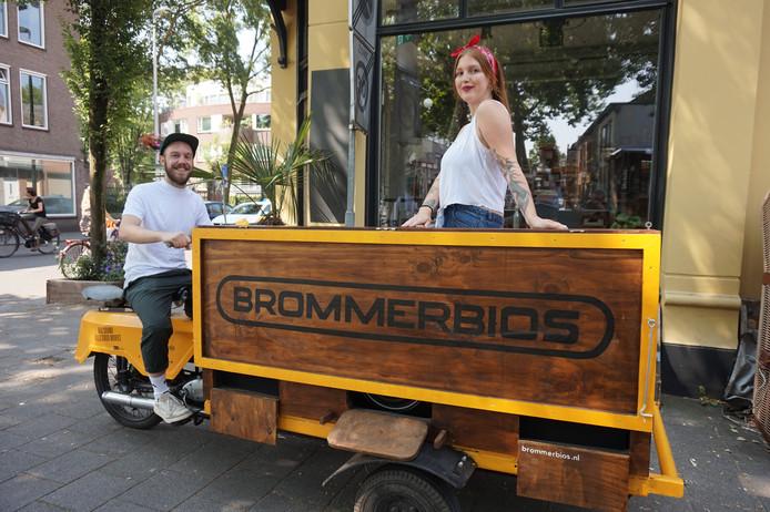 De Brommerbios met Guus en Fenneke voor café Berlijn.