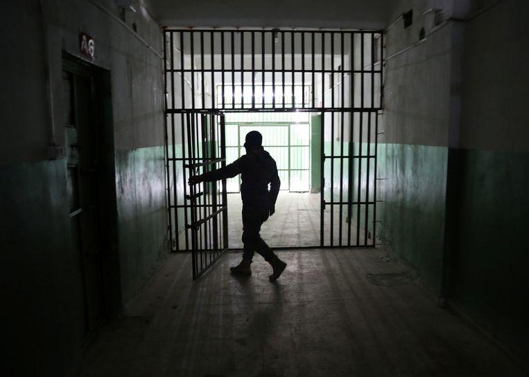 Een bewaker begin dit jaar in de gevangenis in de Syrische stad Hasakah. Beeld REUTERS