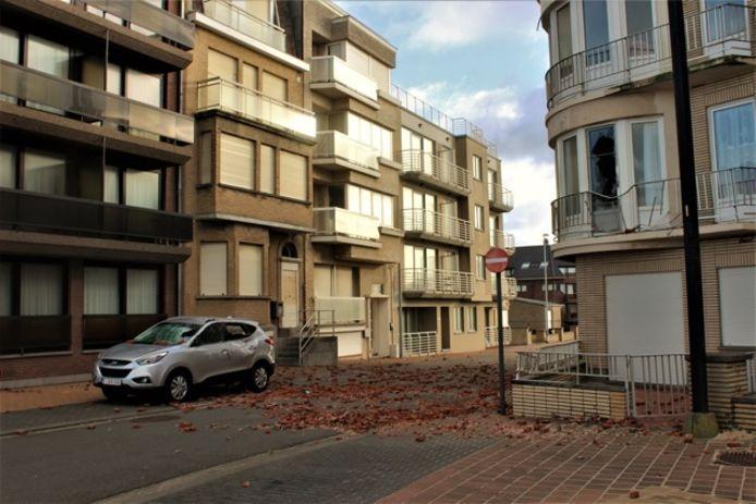 De stenen kwamen terecht op een geparkeerde auto en in een raam van een appartement aan de overkant. De schade is groot, maar er vielen geen gewonden.