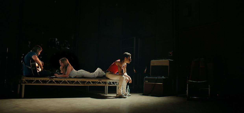 Bradley Cooper (links) en Lady Gaga in A Star is Born, rechts Rami Malek als Freddie Mercury in Bohemian Rhapsody.
