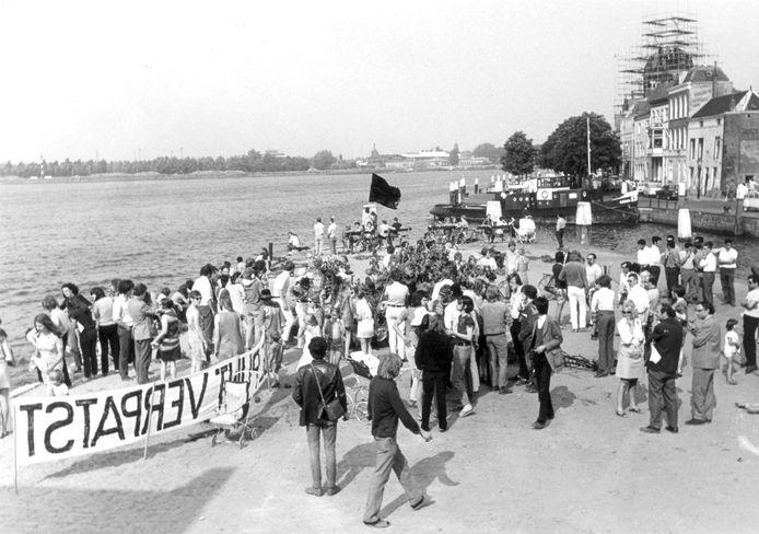 De demonstratie op het Damiatebolwerk. Rechts, met pijp Kees Buddingh'.