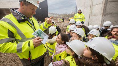 Zo'n 220 schoolkinderen krijgen een rondleiding op een werf in Zwartberg