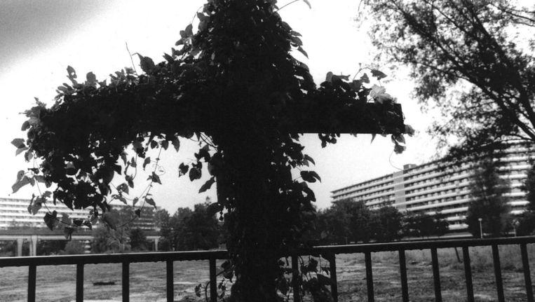 Het tijdelijke monument dat spontaan ontstond na de Bijlmerramp Beeld anp