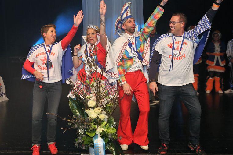 'Neuje Prinsj' Peter en Prinses Cindy na de overwinning met hun hofnarrenpaar op het podium van 't Vondel tijdens de Prinsenverkiezing.