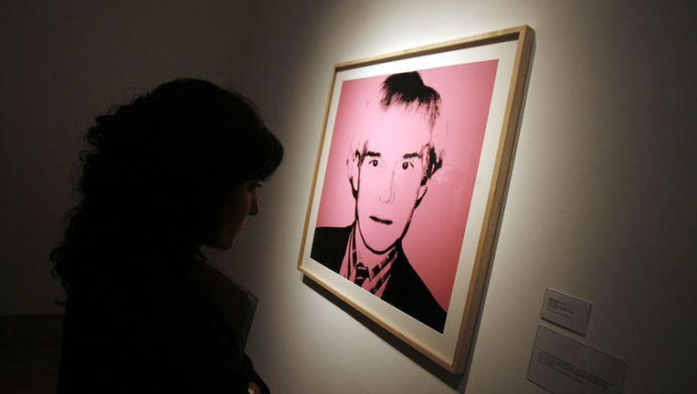 Een zelfportret van Andy Warhol op een expositie in Buenos Aires. Een ander zelfportret moet een miljoen euro gaan opbrengen. Foto EPA Beeld