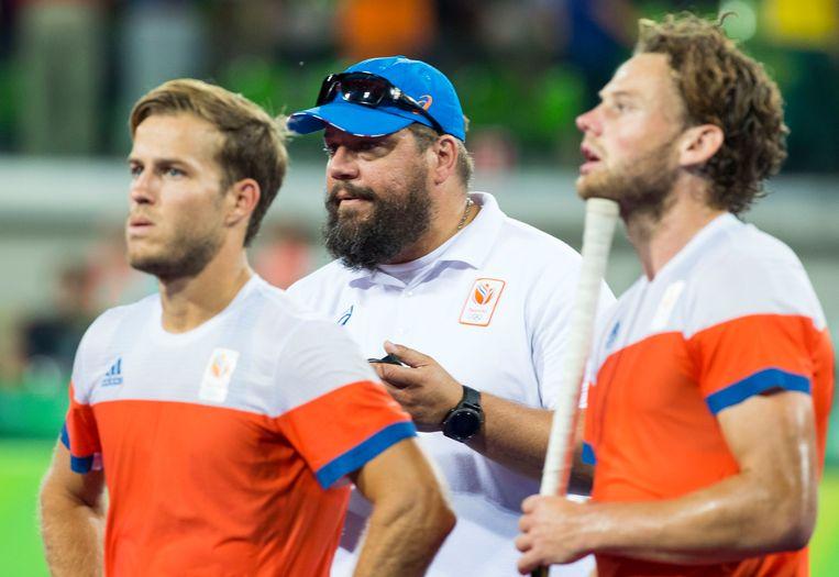 Jeroen Hertzberger (links) en bondscoach Max Caldas (midden) na de verloren halve finale tijdens de Olympische Spelen in 2016. Rechts hockeyer Bob de Voogd. Beeld ANP