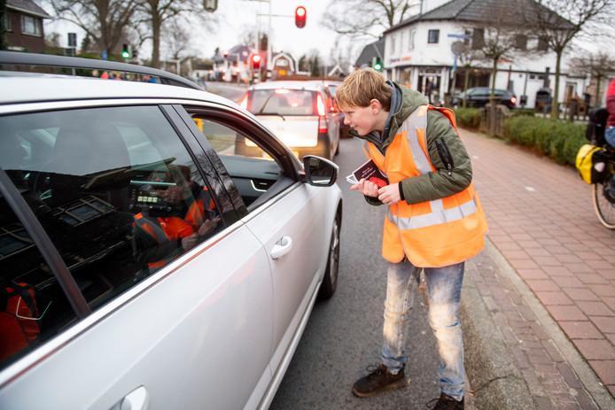 Scholieren spreken autorijders aan op de Hoofdweg en delen flyers uit. De actie duurt slechts een kwartier, wel in de ochtendspits.