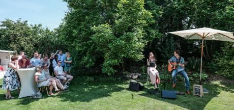 In de zon bij de burgemeester in Westervoort naar muziek luisteren voor goed doel