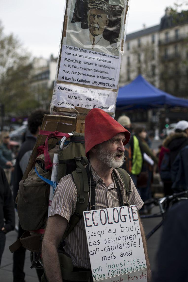 Niet alleen tegen het kapitalisme, ook voor de ambachtelijkheid. Bij Nuit Debout op de Place de la République in Parijs. Beeld Bart Koetsier