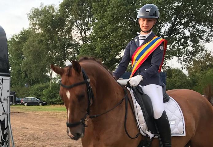 Jinte Wemekamp, kampioen van de Hellendoornse Hertruiters, met haar paard Jubilant.