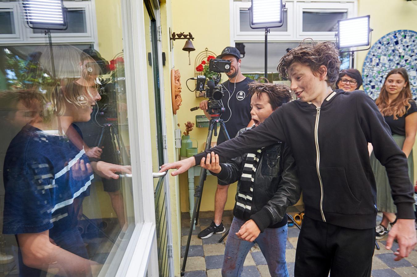 De 'boeven' Stijn en Vince proberen in te breken bij Tijn, Home  Alone. Het is slechts een van de vele scenes uit de film 'We Are Family' van basisschool Camelot uit Uden.