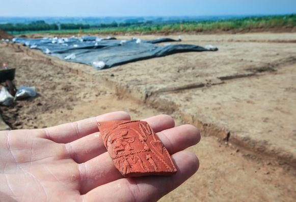 Bij de opgravingen werd veel Terra sigillata gevonden, het luxe-aardewerk uit de Romeinse periode. Hier een voorbeeld van een cupido met  boog.
