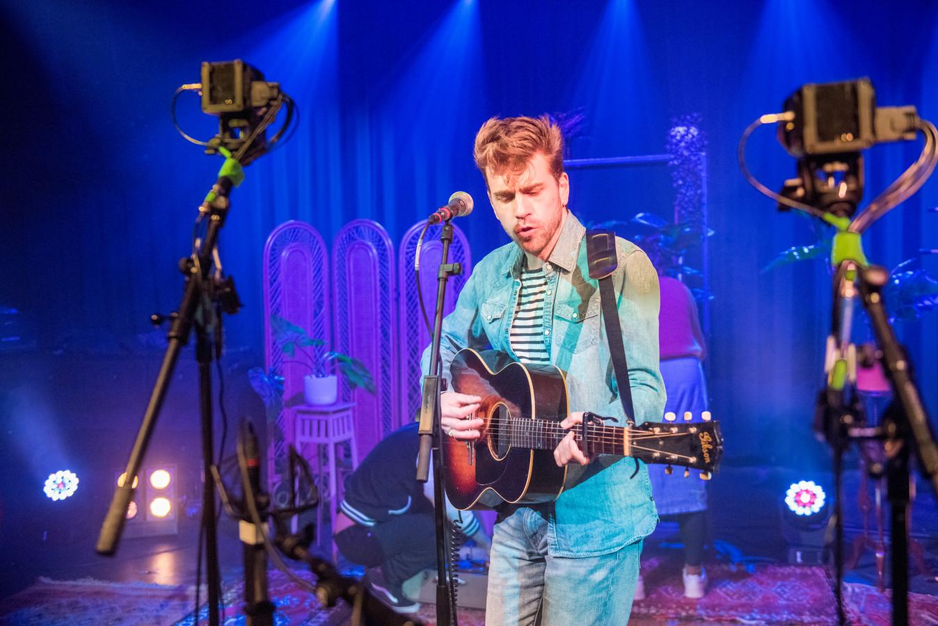 De Eindhovense zanger, muzikant en songschrijver Woody Veneman tijdens een van The Isolation Sessions in de Effenaar.