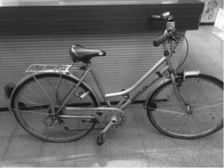 De gestolen fiets. De foto is bewust in zwart-wit.