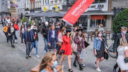 """Leerlingen die afstuderen aan Hotelschool trekken door de straten voor alternatieve proclamatie: """"Al zoveel moeten missen door corona"""""""