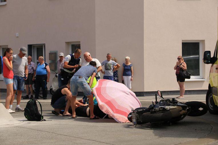 Bij een aanrijding op het kruispunt van de Lindenlaan en de Klapperstraat kwam een motorrijder zwaar ten val.