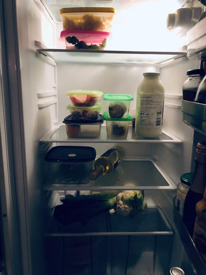 De koelkast: vol met bakjes en groente