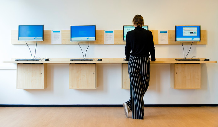 Een werkzoekende achter de computer bij een Werkplein van uitkeringsinstantie UWV. Het lukt overheidsdiensten slecht om langdurig werklozen blijvend uit de kaartenbakken van het UWV te krijgen.