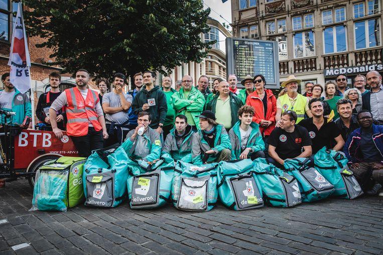 De fietskoeriers die het werk neerlegden, kregen de steun van verschillende vakbondsvertegenwoordigers.