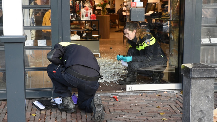 De politie onderzoekt de inbraak bij Zoetelief in Oisterwijk. Er werd voor tienduizenden euro's aan kleding gestolen.