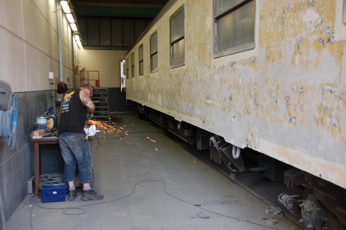 In de werkplaats van tROM werden treinen kaalgeschuurd.
