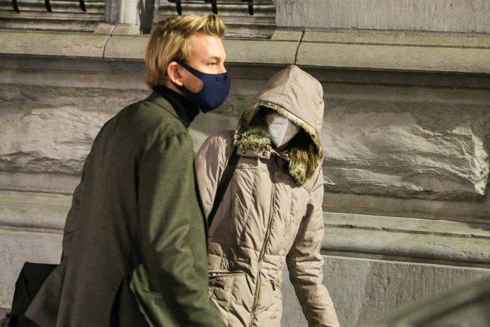 Alinda Van der Cruysen verlaat met haar advocaat Nick Heinen het gerechtsgebouw via een achterdeur, zonder commentaar te geven.