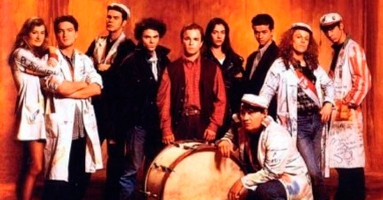 De cast van Ad Fundum met Vic geknield naast de grote trom.